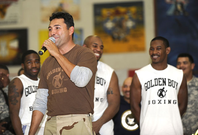 De La Hoya speaks to U.S. troops serving in Kuwait on Thursday.