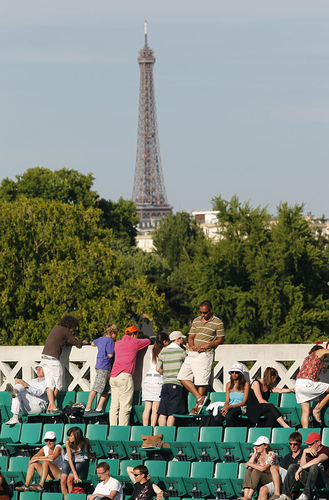 Spectators attend a fourth-round match between Argentina's Gisela Dulko and France's Marion Bartoli.