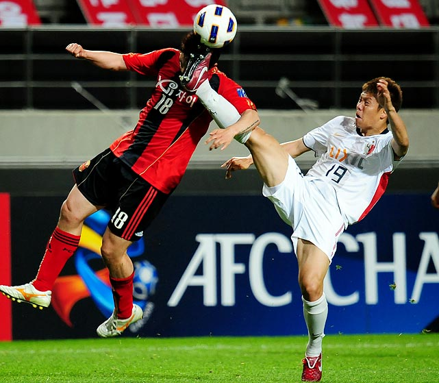 FC Seoul striker Bang Seung-Hwan (left) challenges Kashima Antler's player Masahiko Inoha for a ball during an AFC Champions League match in Seoul on May 25.