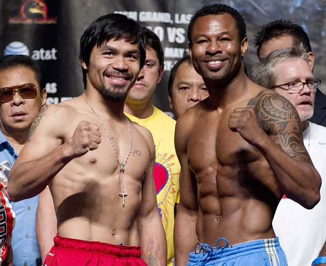 Pacquiao and Mosley pose for photos after weighing in.