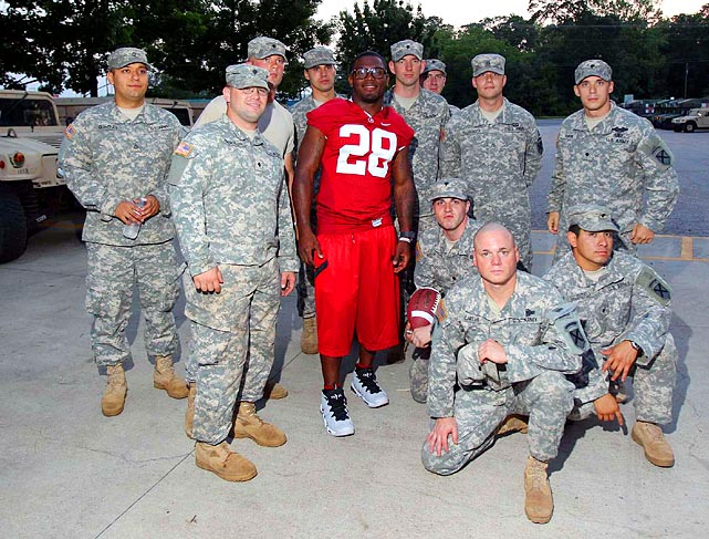 Former Alabama player and current Kansas City Chiefs player Javier Arenas poses with members of the military.