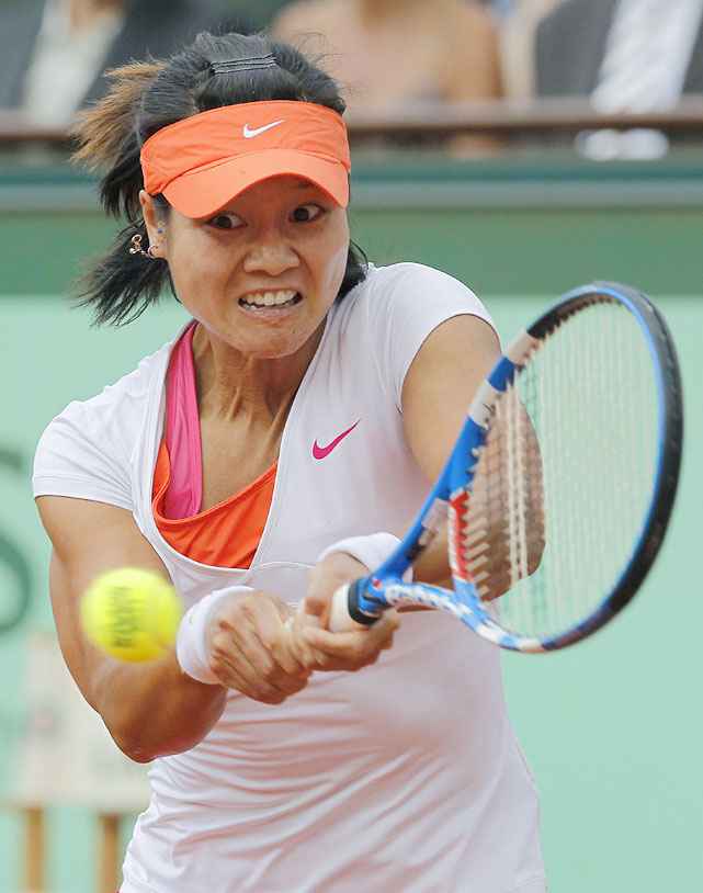 Li Na returns the ball to Francesca Schiavone.
