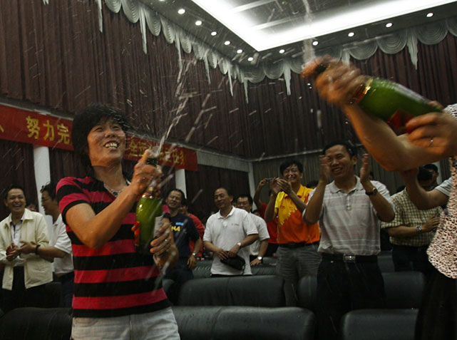 Chinese people n Wuhan, in central China's Hubei province, celebrate after match point of Li Na's victory over Francesca Schiavone.