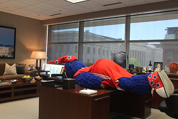 "Mascots can plank too, you know. The Wizards' furry friend, ""G-Wiz"" proves it ... on his boss' desk. Wonder how Ted Leonsis feels about this ..."
