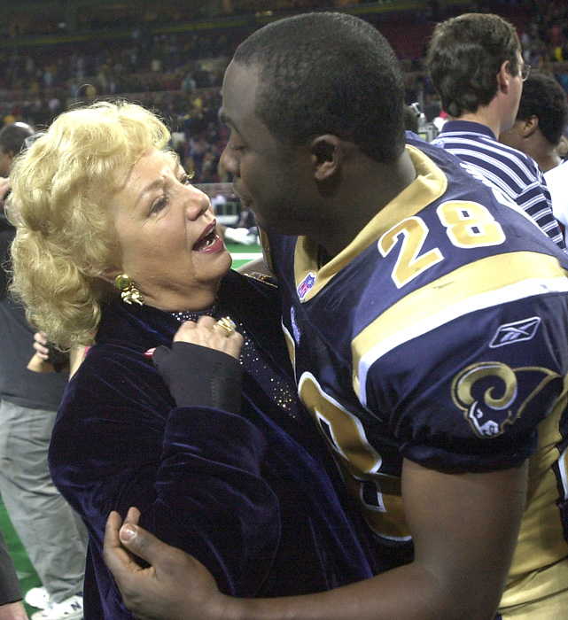 Rams owner Georgia Frontiere congratulates Faulk after the Rams defeated the Eagles to advance to Super Bowl XXXVI.