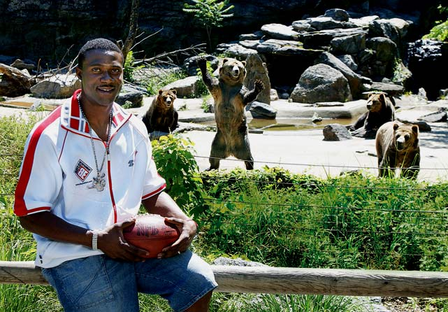 Bears wide receiver Mushin Muhammad poses with the bears at the Bronx Zoo.