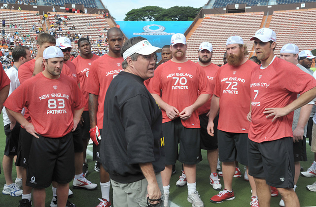 Belichick (center) talks to Cleveland Browns center Alex Mack (73), New England Patriots receiver Wes Welker (83) and other Pro Bowl players at Aloha Stadium.