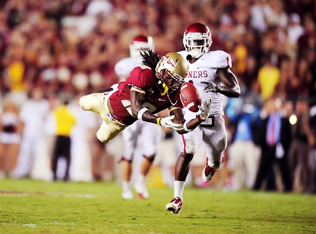 Jarred Haggins makes a diving catch over the middle of the field, but it wasn't enough for the Seminoles. Oklahoma retained its No. 1 ranking with a 23-13 road win.