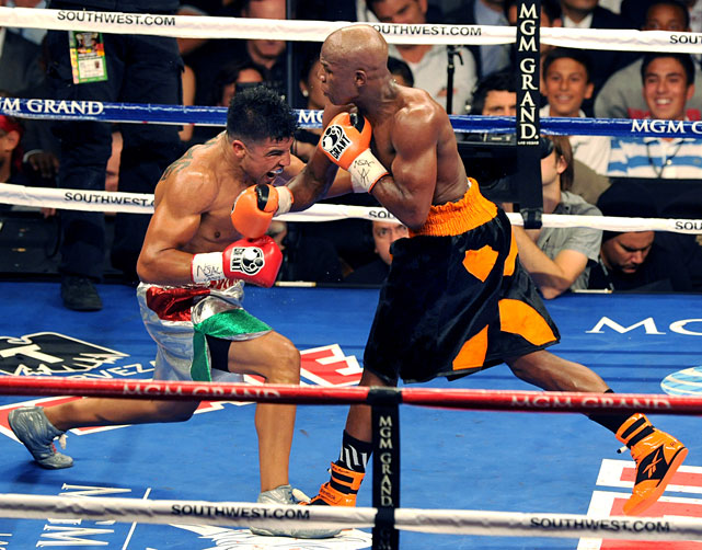 Mayweather was winning the fight through three rounds, dominating with speed and landing good right hands to the head of Ortiz. He won all three rounds on two ringside scorecards, and two of three on the third.