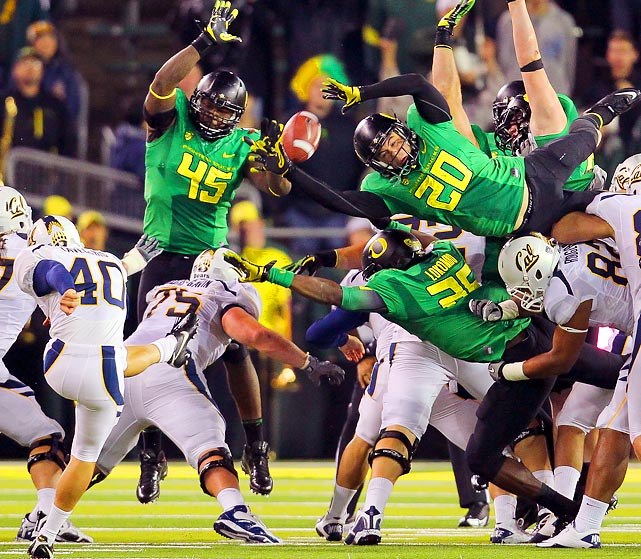 Oregon safety John Boyett (20) blocks a punt by Golden Bears kicker Giorgio Tavecchio (40) during the first half of the Pac 12 game that the Ducks won 43-15.