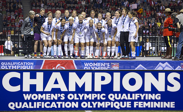 The U.S. women show off their tournament trophy.