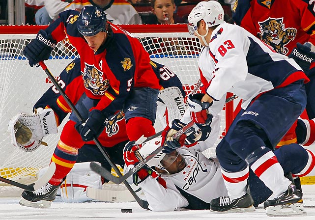 Florida's Stephen Weiss (9) tangles with Washington Capitals Joel Ward (42) and Jay Beagle (83)in a game at Florida.