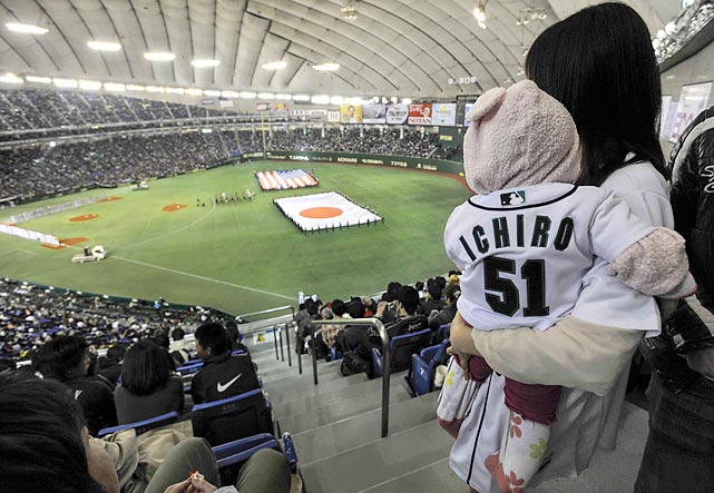 A Japanese mother and her daughter show their support for Seattle Mariner's outfielder Ichiro Suzuki in Tokyo.