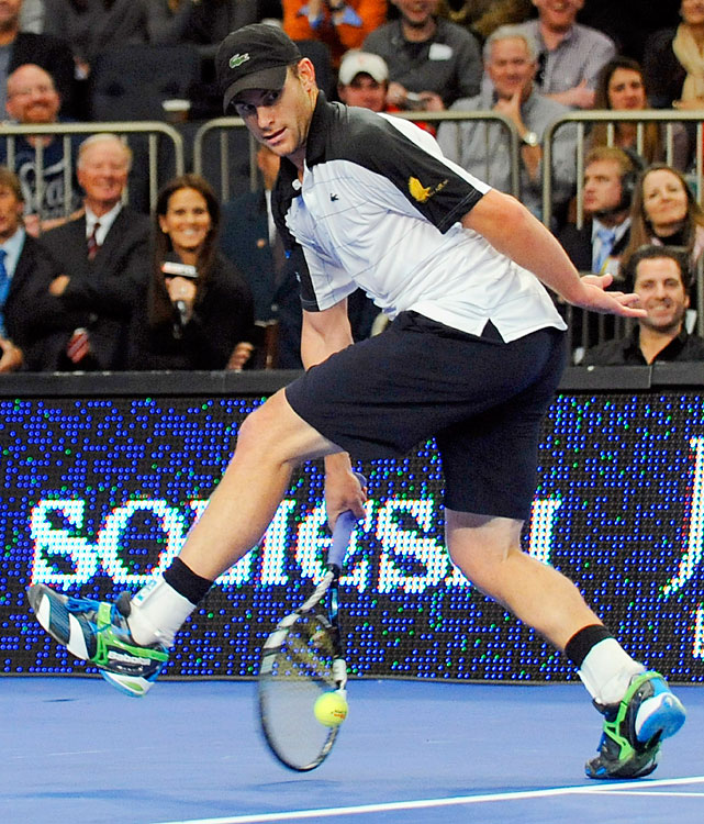 The men's match was highlighted by a microcosmic point between Federer and Roddick. The Swiss hit a tweener and then the American attempted his own, but it went into the net. Roddick reacted by throwing his racket, which almost hit a ballgirl.