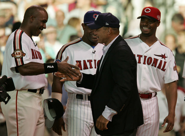 Barry Bonds shakes hands with Reggie Jackson as Chicago Cubs Sammy Sosa (second from left) and Ken Griffey, Jr. look on in Houston in 2004.