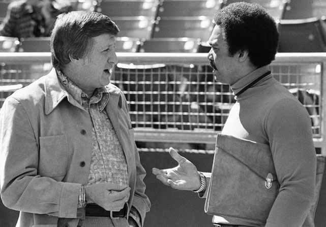 George Steinbrenner (left), principal owner of the Yankees, chats with Jackson, then a free agent, on October 8, 1976. A little over a month later, the Yankees signed Jackson for a five-year deal.