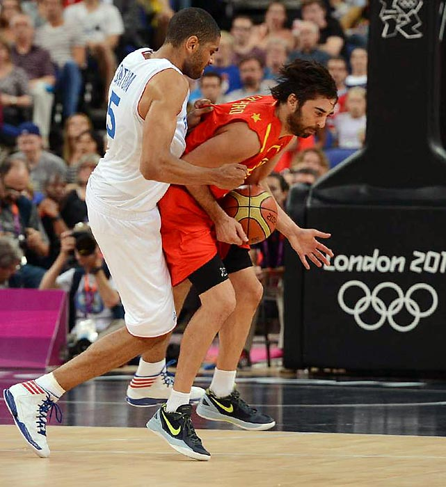 Nic Batum (left) of France committed a hard foul on Juan Carlos Navarro in their quarterfinal, punching the guard from Spain in the groin area.
