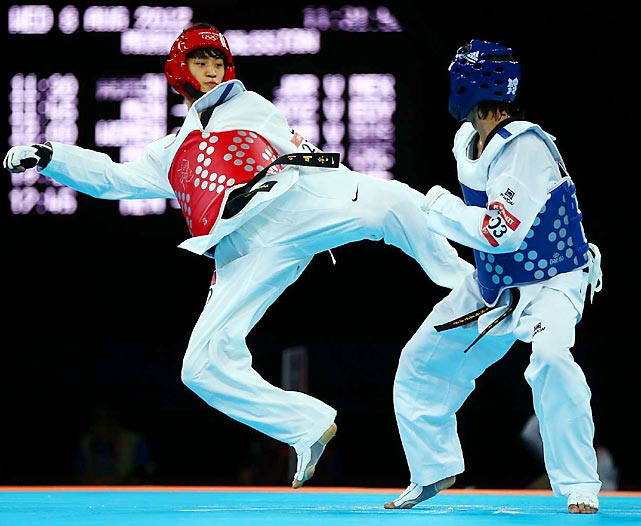 Two gold-medal hopefuls mix things up in the flyweight division of the taekwondo competiton.
