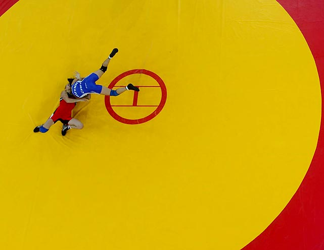 Carol Huynh of Canada (top) defeated Nguyen Thi Lua of Vietnam 5-0 in freestyle wresting in the 48kg division.