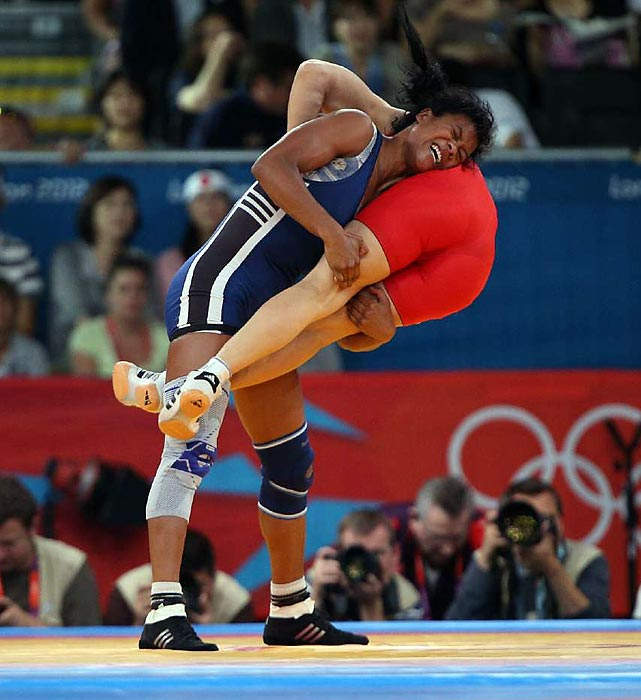 Two Olympic gold medal hopefuls compete in the women's freestyle wrestling competition to advance to the quarterfinals.