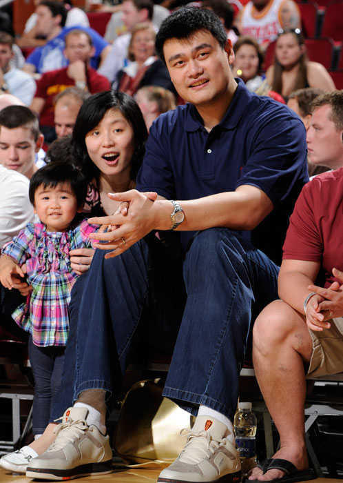 Yao take in a Mavs-Rockets game with his wife and daughter.