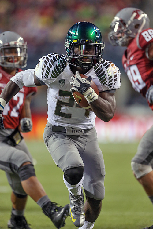 De'Anthony Thomas and Kenjon Barner (shown) sandwiched touchdown runs around Avery Patterson's 34-yard interception return for a score, and Oregon used a third-quarter scoring blitz to shake Washington State. Playing for the first time outside the Eugene city limits, the Ducks (5-0 overall, 2-0 in the Pac-12) looked shaky at times in the first half and led just 23-19 at the break, but put together a nearly flawless third quarter to run away from the Cougars. Barner carried 20 times for 195 yards and three touchdowns.