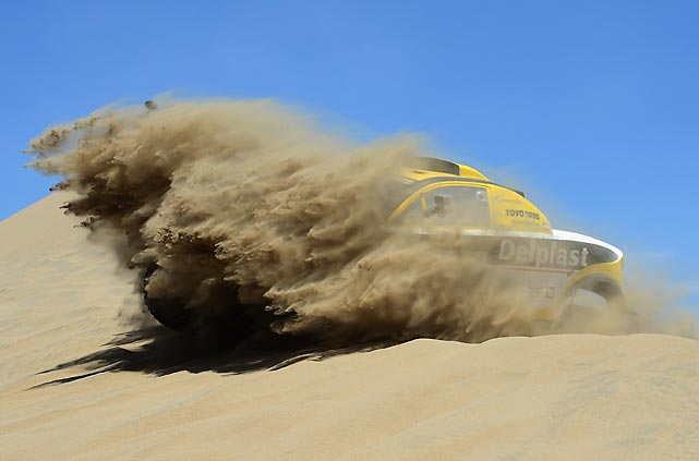 Regis Delahaye and co-pilot Alexandre Winocq of team Buggy MD Rallye thrash through the sand during day two of the 2013 Dakar Rally.