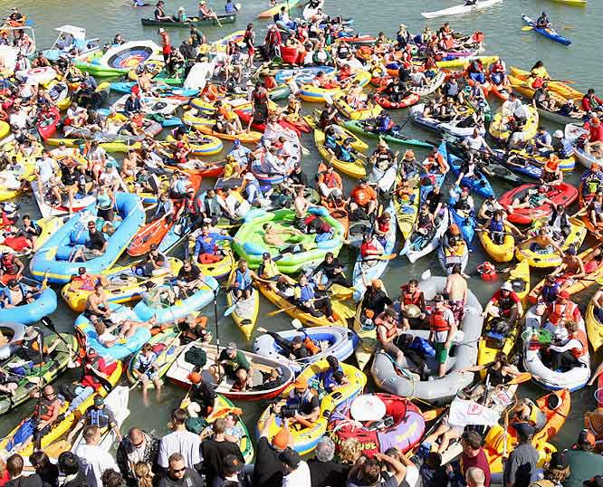 """The kayaks came out in droves for the 2007 Derby in San Francisco but they went home empty-handed -- zero homers would be counted as """"Splash Hits."""""""