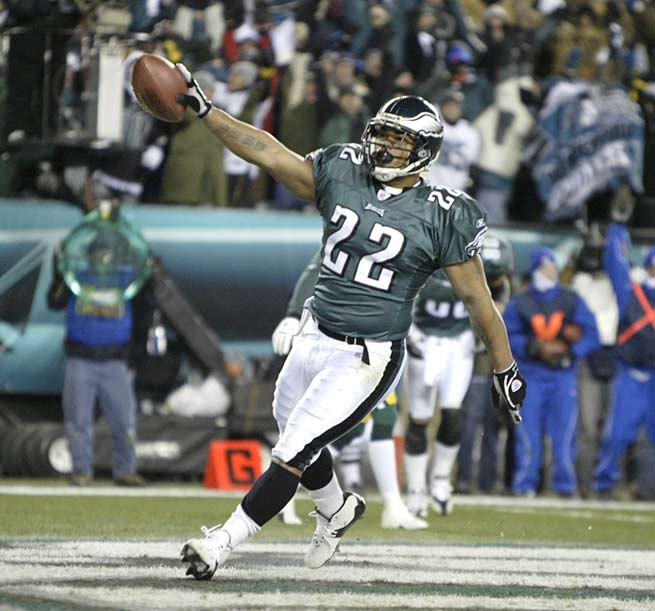Duce Staley rushes for 201 yards and a touchdown to lead the Philadelphia Eagles to a 41-14 rout of the Dallas Cowboys. Staley is the Eagles' first 200-yard runner since Steve Van Buren in 1949.