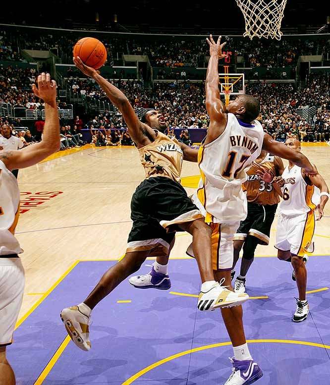 In the Wizards' 147-141 overtime victory at the Lakers, Arenas scored a franchise-record 60 points, reeled off 14 consecutive Washington points in the extra period and shot nearly as many free throws (27) as the entire Lakers team (30).
