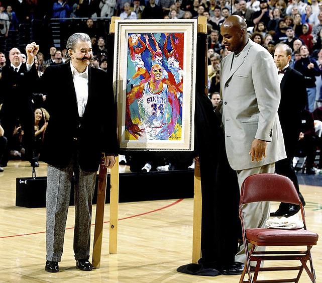 Leroy Neiman presents Barkley with a painting during his retirement ceremony on March 30, 2001, at the First Union Center in Philadelphia