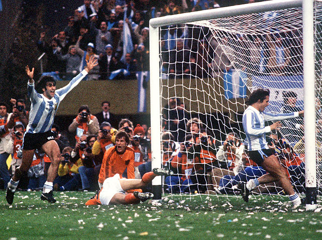 The first World Cup in Argentina ended with a fifth title for a host nation. Mario Kempes won the Golden Boot with six goals, including two (to go with one assist) in Argentina's 3-1 victory over the Netherlands in the final. This was Holland's second consecutive loss in a World Cup final.