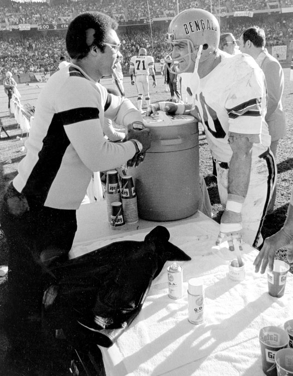 Oakland A's outfielder Reggie Jackson chats with Bengals linebacker Ron Pritchard during a Cincinnati visit to Oakland-Alameda County Coliseum.