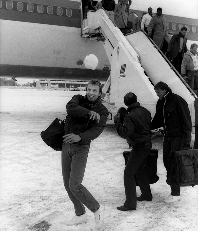 Joe Montana completed 63.2 % of his passes during a 13-year Hall of Fame career. That accuracy might explain why this snowball appears destined for the photographer's lens the day before the 49ers beat the Denver Broncos on Monday Night Football.<br><br>Send comments to siwriters@simail.com