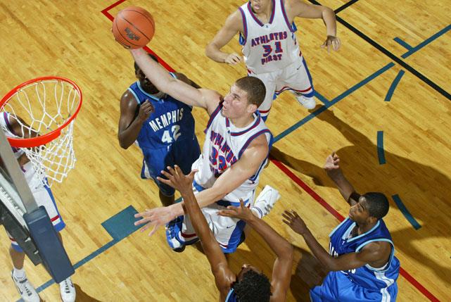 Griffin cuts through the lane for an easy basket at Nike Peach Jam in 2006.