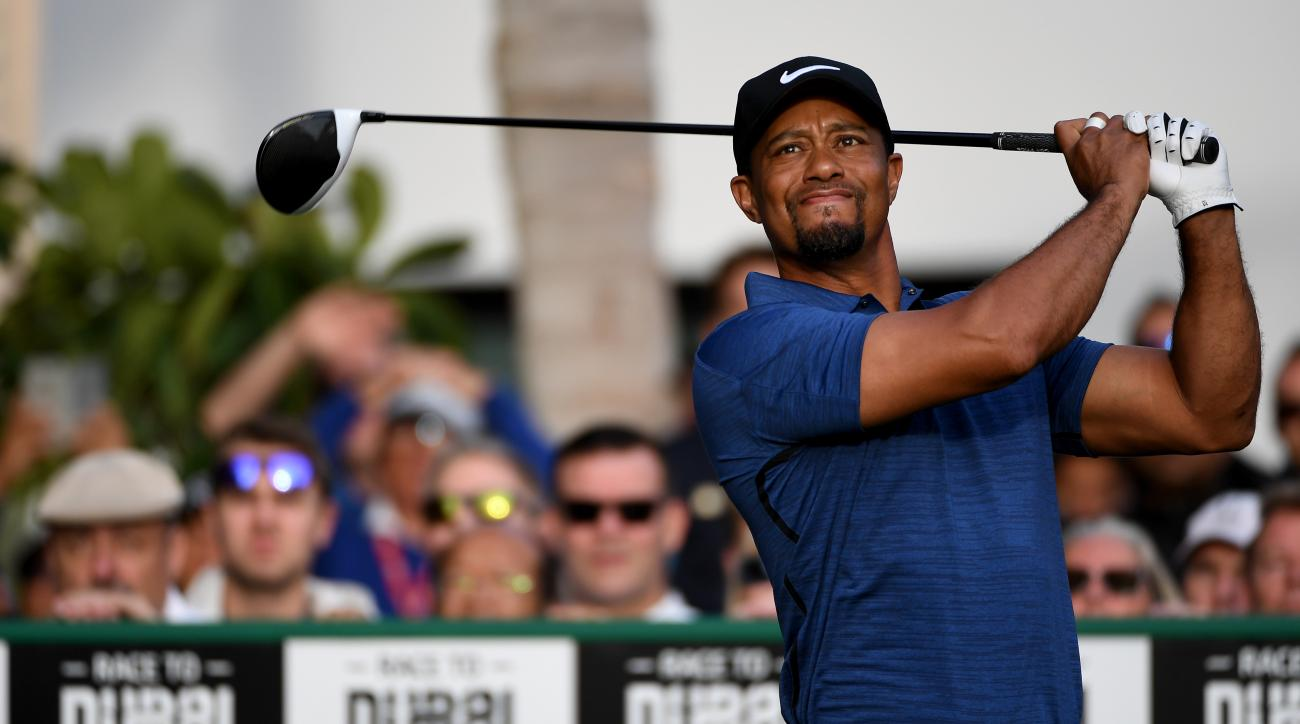 Tiger Woods fist pumps, beats Michael Strahan in putting contest