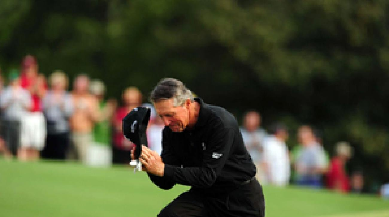 Gary Player knelt before the patrons at 18 during his final round at the Masters.
