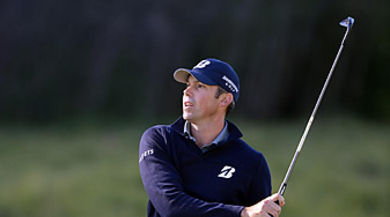 Matt Kuchar opened with a 64 at Riviera to take the first round lead.