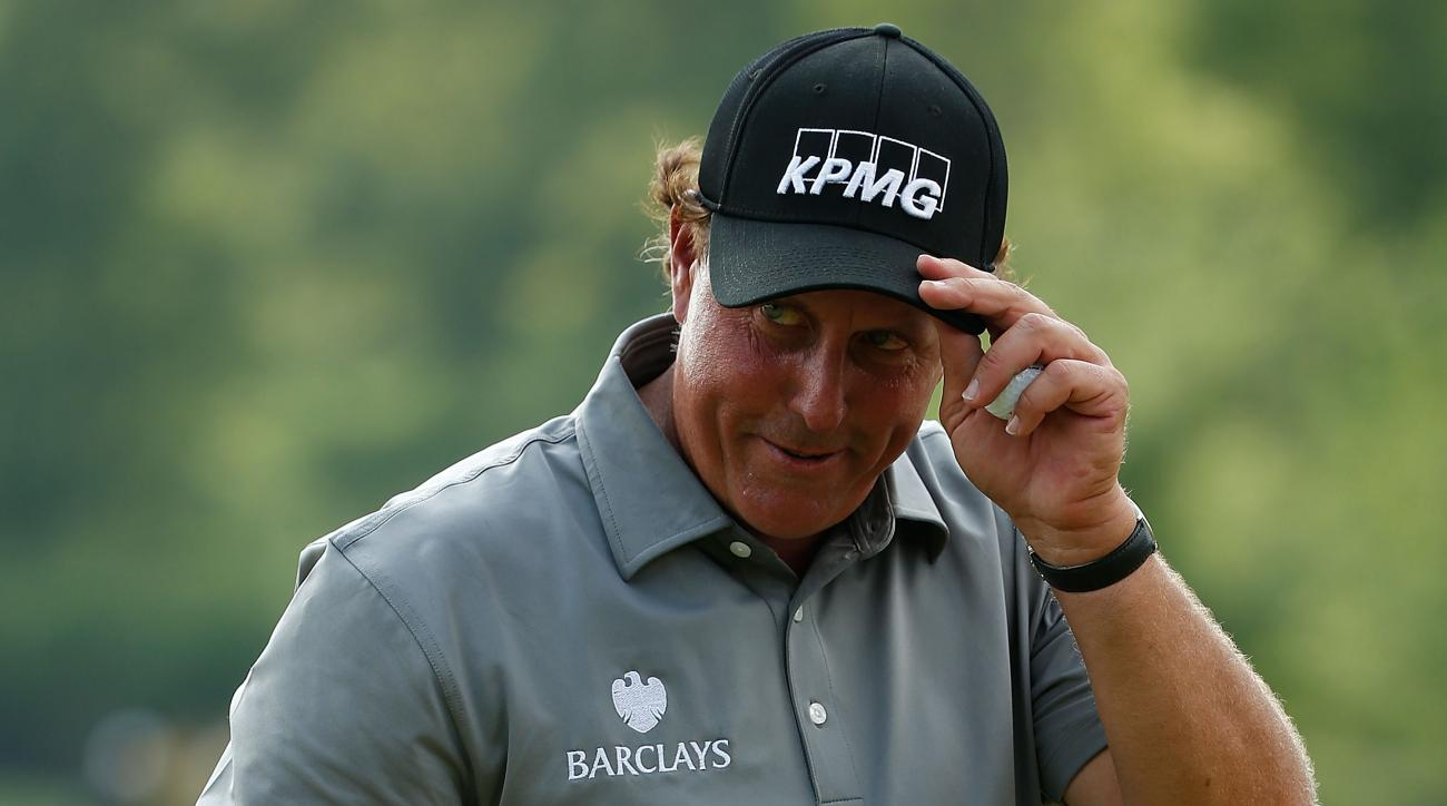Phil Mickelson acknowledges the crowd after his birdie on the 15th hole on Friday.