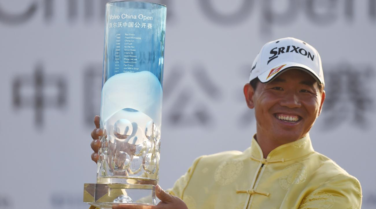 Wu Ashun of China poses with the trophy after winning the Volvo China Open in Shanghai April 26, 2015.