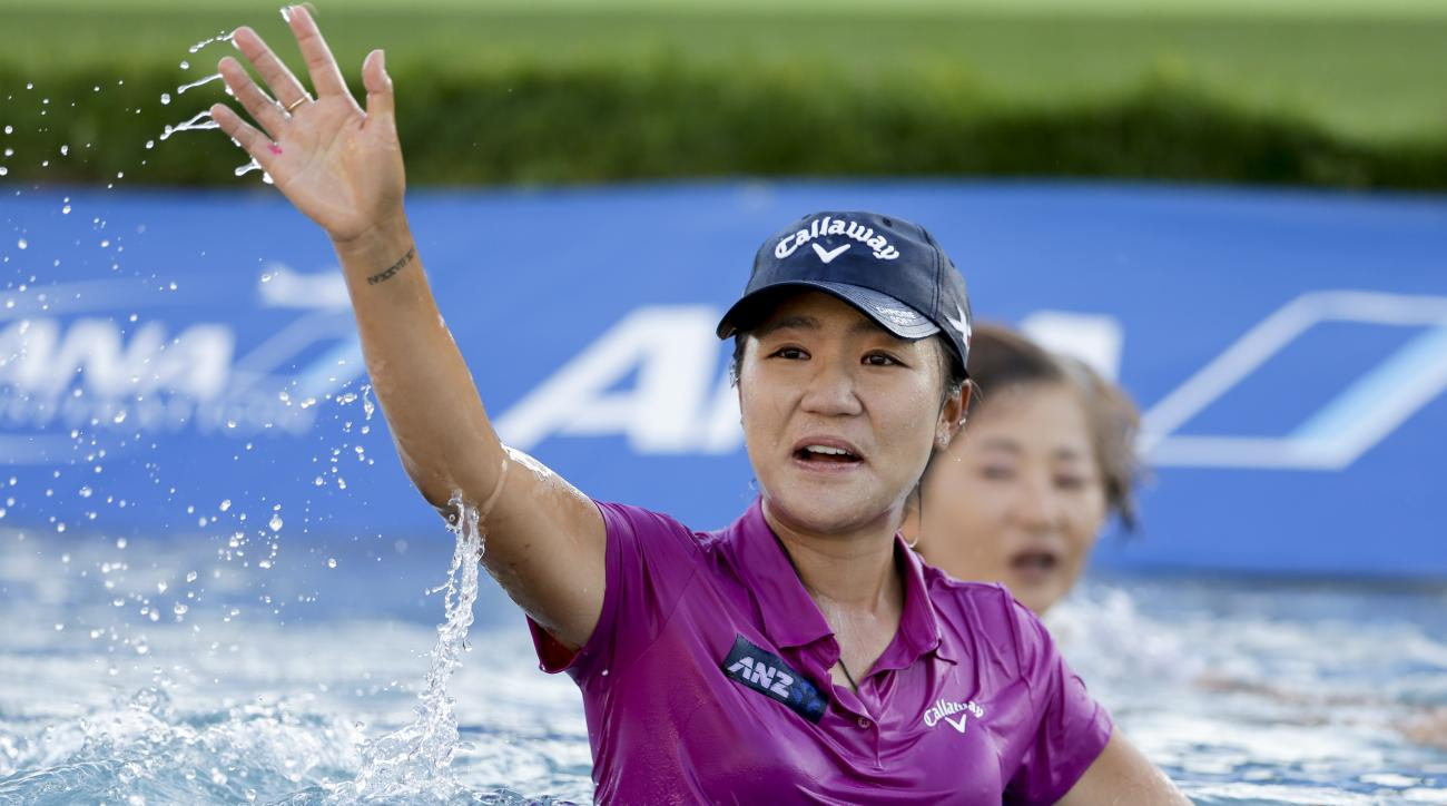 Lydia Ko, of New Zealand, waves after winning the LPGA Tour ANA Inspiration golf tournament at Mission Hills Country Club, Sunday, April 3, 2016, in Rancho Mirage, Calif.