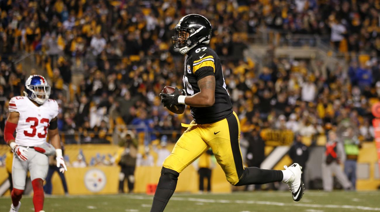 Pittsburgh Steelers tight end Ladarius Green (89) crosses the goal line for a touchdown after taking a pass from quarterback Ben Roethlisberger during the second half of an NFL football game against the New York Giants in Pittsburgh, Sunday, Dec. 4, 2016.