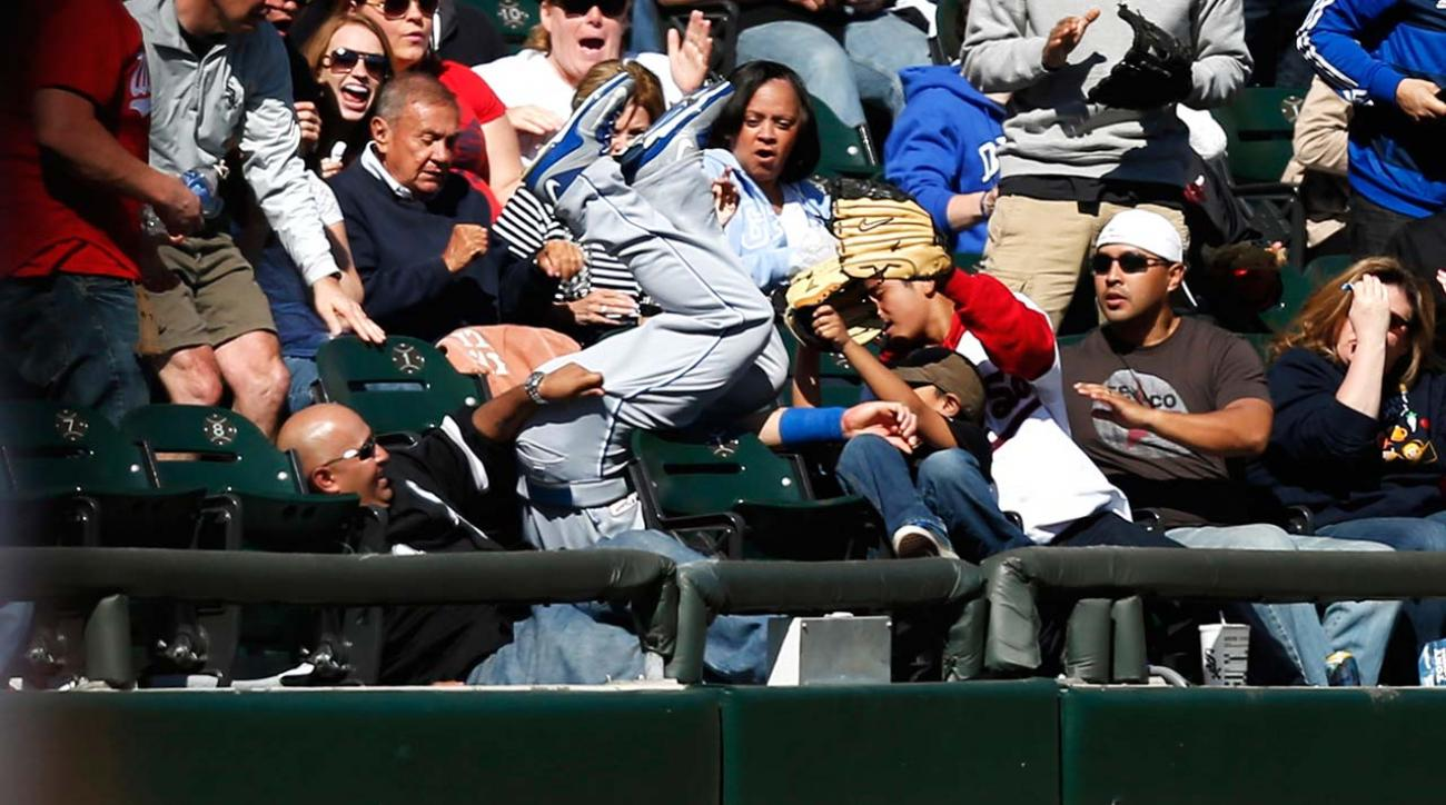 Royals LF Gordon leaps into stands for great catch