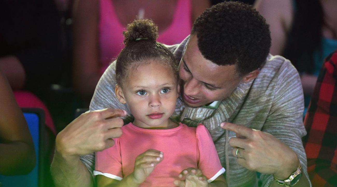 Riley Curry sings to her baby sister