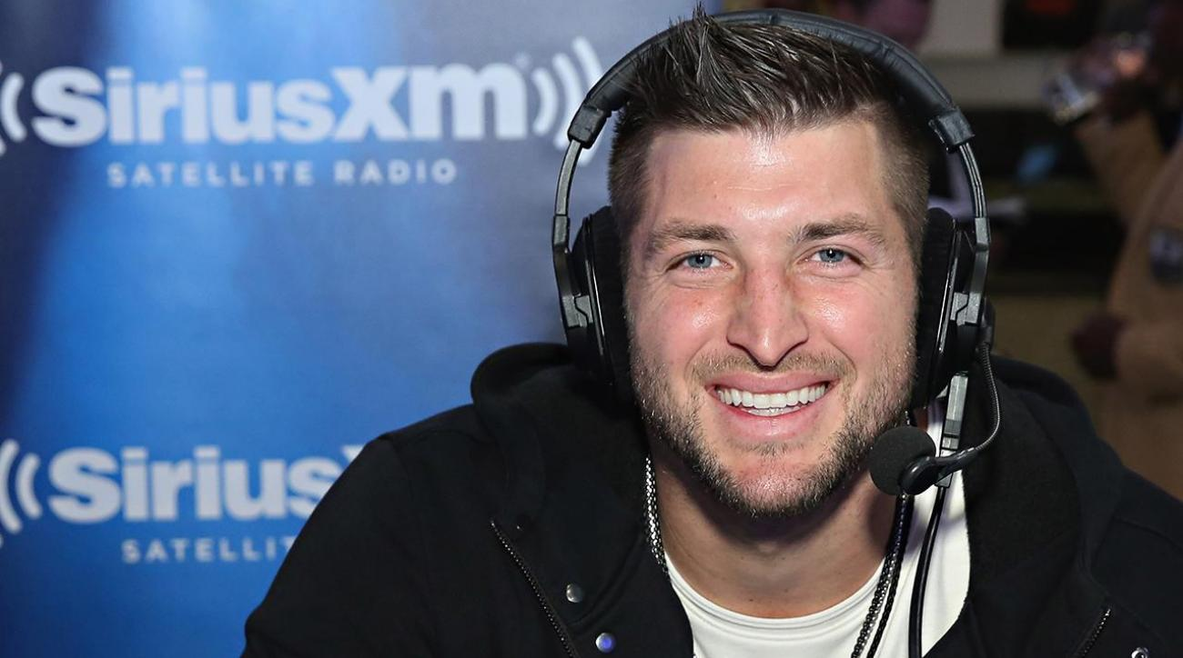 Tim Tebow comes to aid of airline passenger during medical emergency