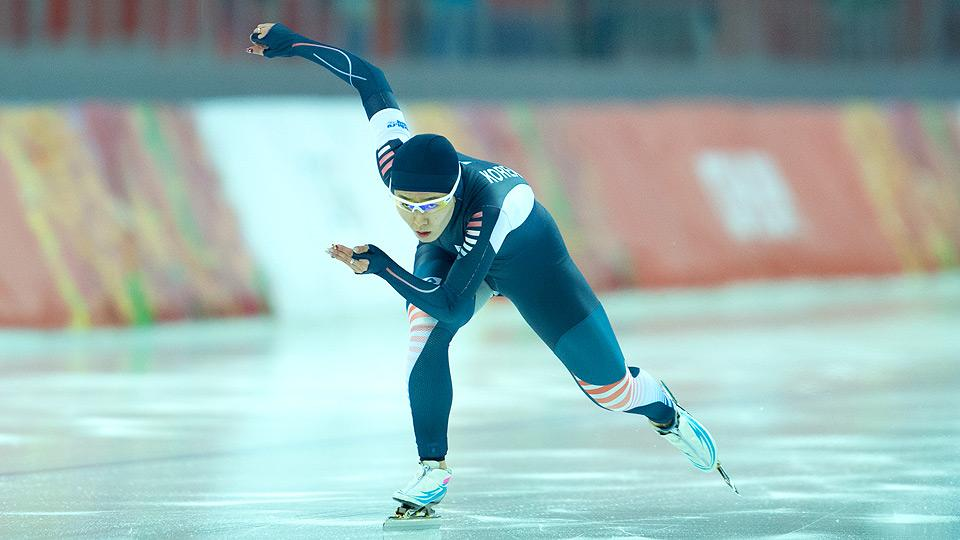 South Korea's Lee Sang-hwa lived up to expectations, and easily won the women's long-track speed skating 500 meters.