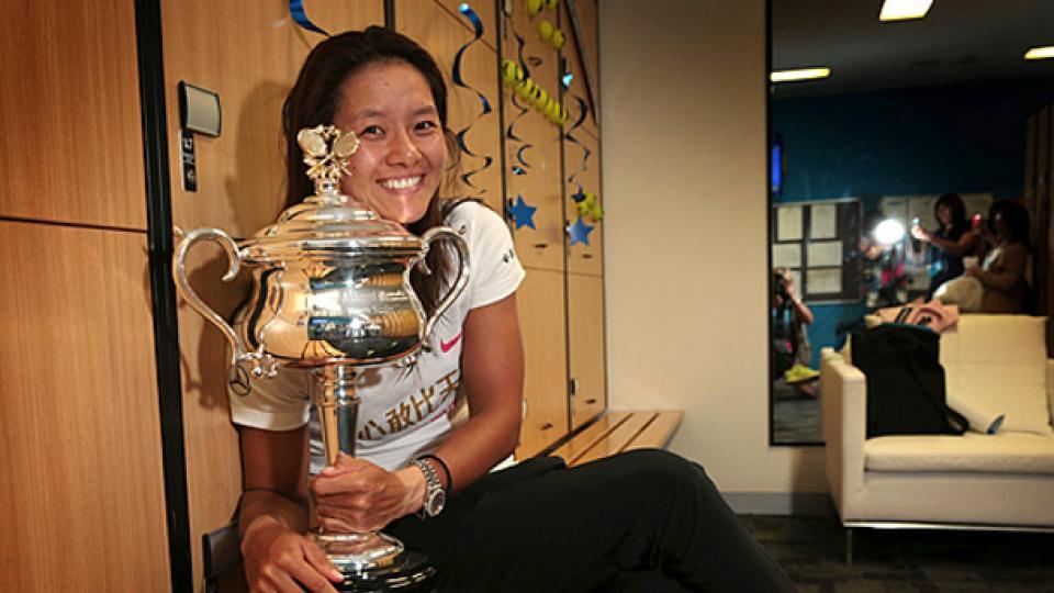 li-na-trophy-2.jpg