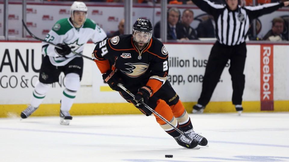 Toronto Maple Leafs sign forward Daniel Winnik