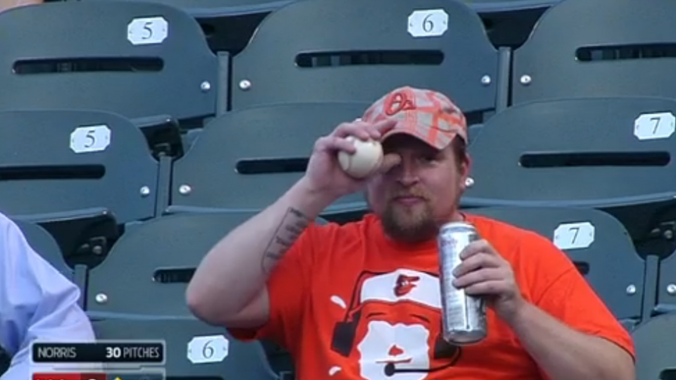 Orioles fan makes incredible one-handed grab of foul ball with beer in his other hand