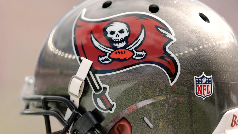 Buccaneers sign defensive end T.J. Fatinikun